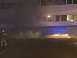 De brandweer moest een autobrand in een ondergrondse garagebox blussen.