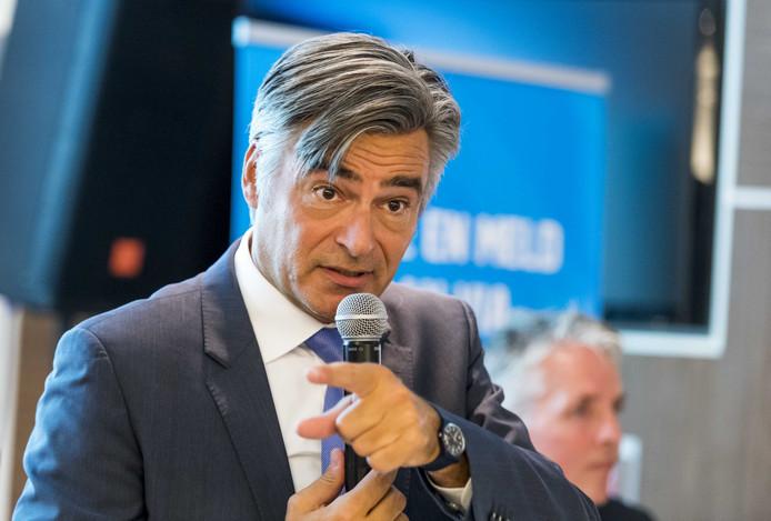 Wethouder André Visser is resoluut: de stadswinkels in Hillegersberg-Schiebroek en Pernis moeten dicht.