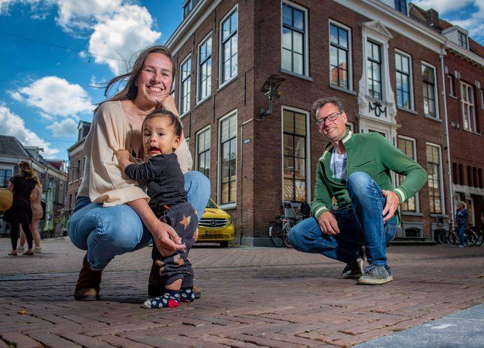 Aukje van Rossum (met dochter Rosie) en Jeroen Jansen starten met VRK (Van Rossum Koffie). Ze hebben het benodigde investeringsgeld bij elkaar gekregen via crowdfunding.