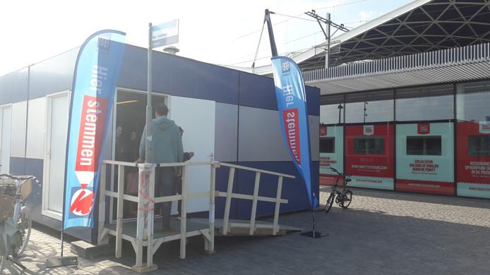 Het stembureau achter het station in Tilburg.
