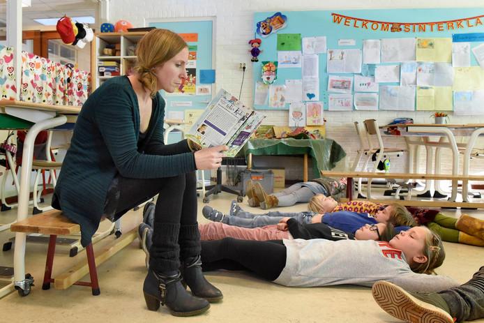 Juf Irene Jansen geeft een les mediteren aan de leerlingen van de middenbouw van Jenaplanbasisschool De Kring in Woerden.