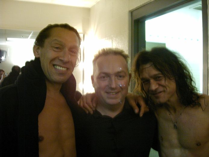 Links Alex van Halen, in het midden Jean Paul Heck en rechts Eddie van Halen in Chicago op 19 juli 2004.