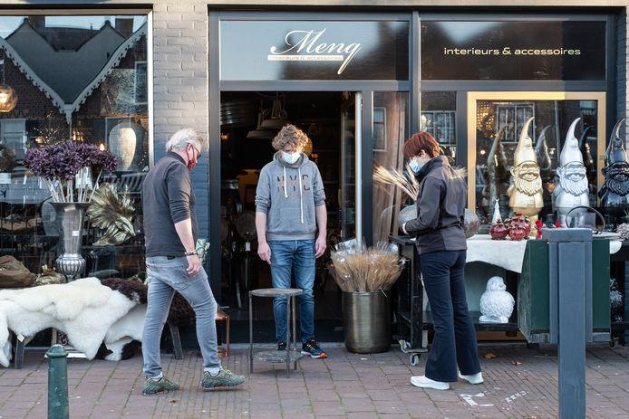 Bunschoten is nog steeds een van de grootste coronabrandhaarden van Nederland. Veel inwoners houden zich wel goed aan de afstandsregels en dragen mondkapjes.
