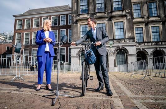 Sigrid Kaag (D66) en Mark Rutte (VVD) na afloop van hun gesprek met informateur Mariette Hamer. VVD en D66 gaan het proef-regeerakkoord schrijven waarbij partijen zich moeten aansluiten.