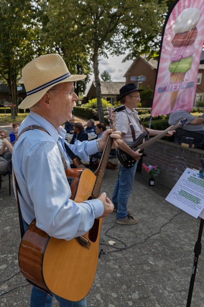 Straattheater bij Gemeenschapshuis De Schakel in Hooge Mierde.