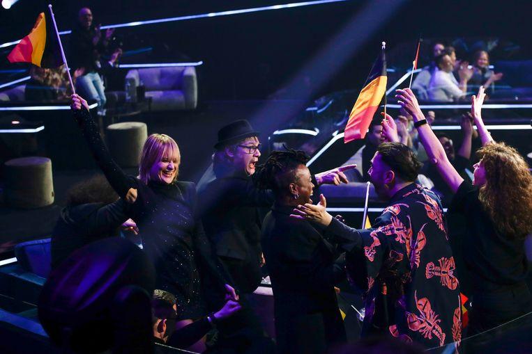 De leden van Hooverphonic vieren dat ze doorgaan naar de finale. Beeld AP