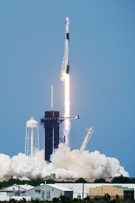La fusée de SpaceX avec deux astronautes à bord a décollé avec succès, une première historique