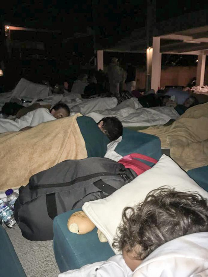 Het gezin Makhoukhi bracht noodgedwongen buiten de nacht door. Slapen in het hotel was niet meer mogelijk.