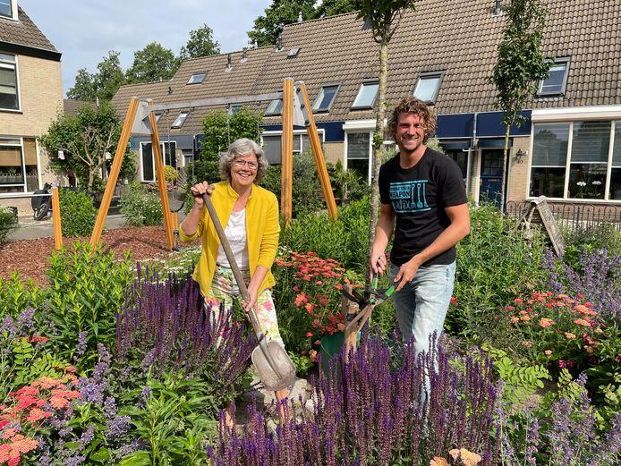 Ingrid Klooster en Niek Heijboer onderhouden het geadopteerde openbaar groen van de Zeebuurt.
