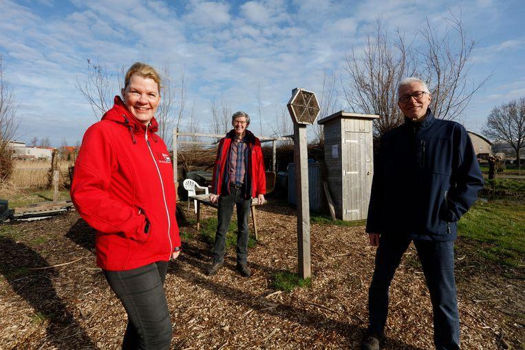 Angela de Witte, Helco Mulder en Hans Kruse in de wijktuin de Alphense Wetering.  Beeld Otto Snoek