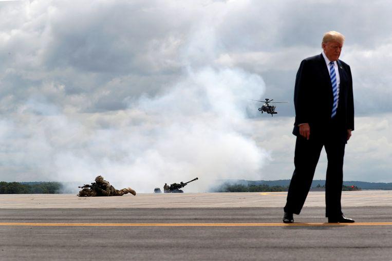 Trump tijdens een demonstratie van het Amerikaanse leger. Beeld REUTERS