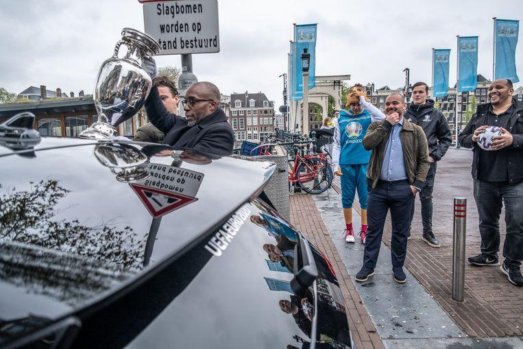 Kick-off van de Trophy Tour op de Magere Brug met onder anderen Wesley Sneijder. Beeld Joris van Gennip