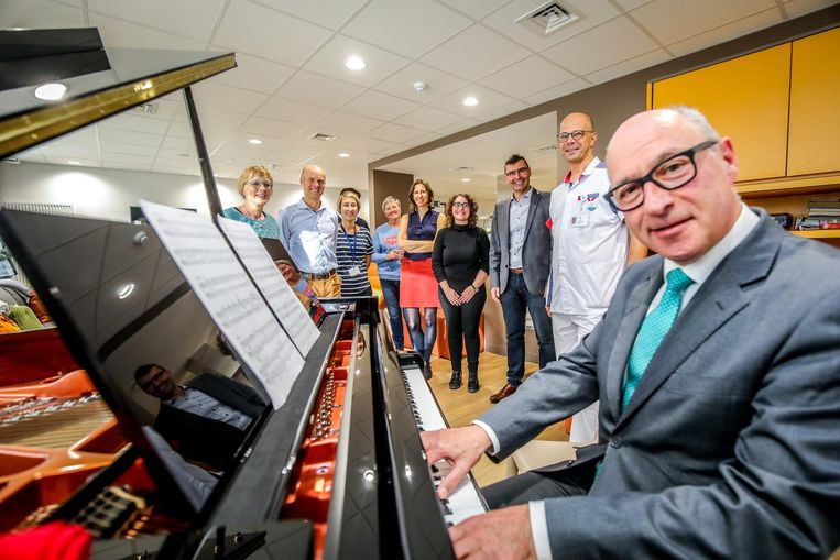 De pianomuziek doet zowel patiënten, hun familie als het personeel deugd.