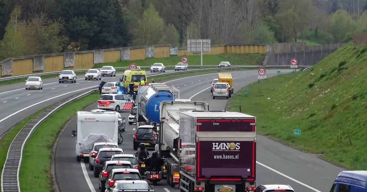 Snelweg A1 richting westen afgesloten bij Hengelo na ongeluk met meerdere autos.