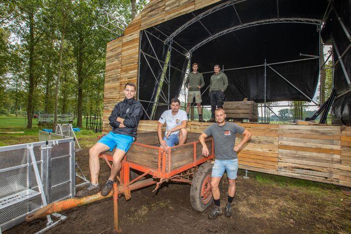(Van links naar rechts) De Diepenbeekse jongeren Junot Meers, Dries Geenen, Jaak Roggen, Jasper Vanhees en Ignace Meers stampen festival 'Boer Zoekt Bier' opnieuw uit de grond, maar ditmaal als grootste erkende testevenement van Vlaanderen.