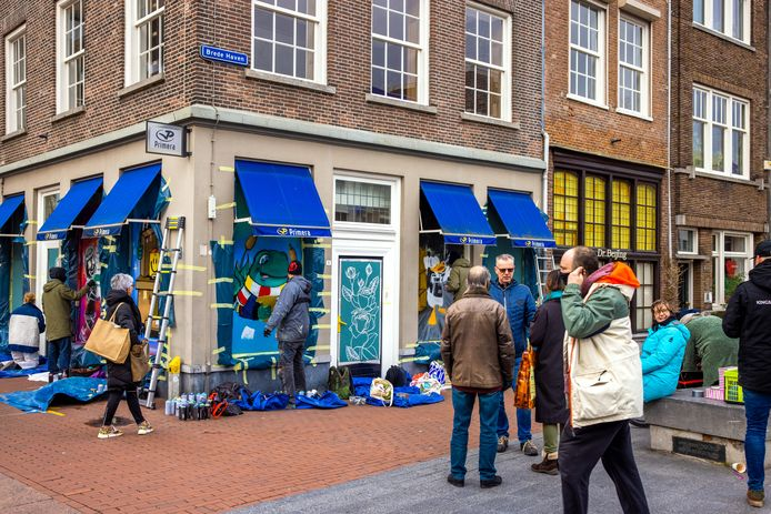 Het geplunderde Primera-filiaal op de hoek Visstraat en Brede Haven is voorzien van kleurrijk houtwerk.