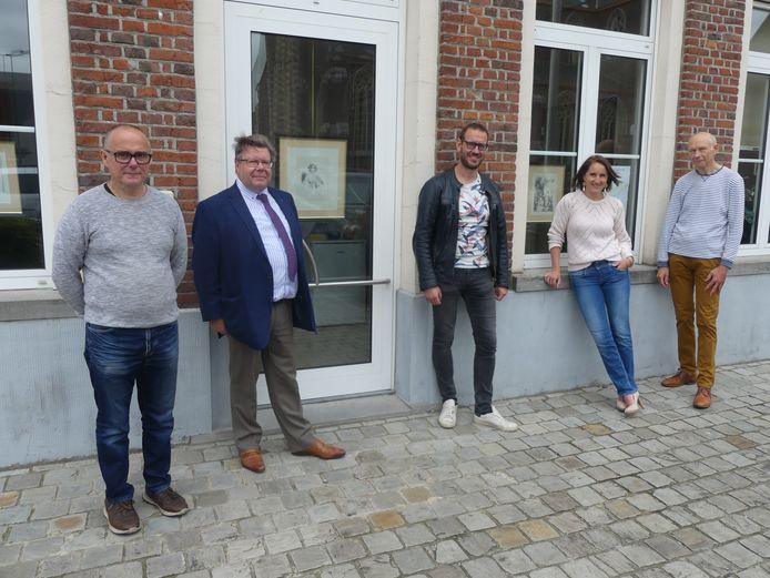 Aan het gemeentehuis van Dentergem geeft men alvast het goede voorbeeld door kunstwerkjes aan de ramen te hangen. Met Ludwig Vankeirsbilck, burgemeester Koenraad Degroote, schepen Bart De Keukeleire, Heleen Vullers en Eric Vaernewijck.