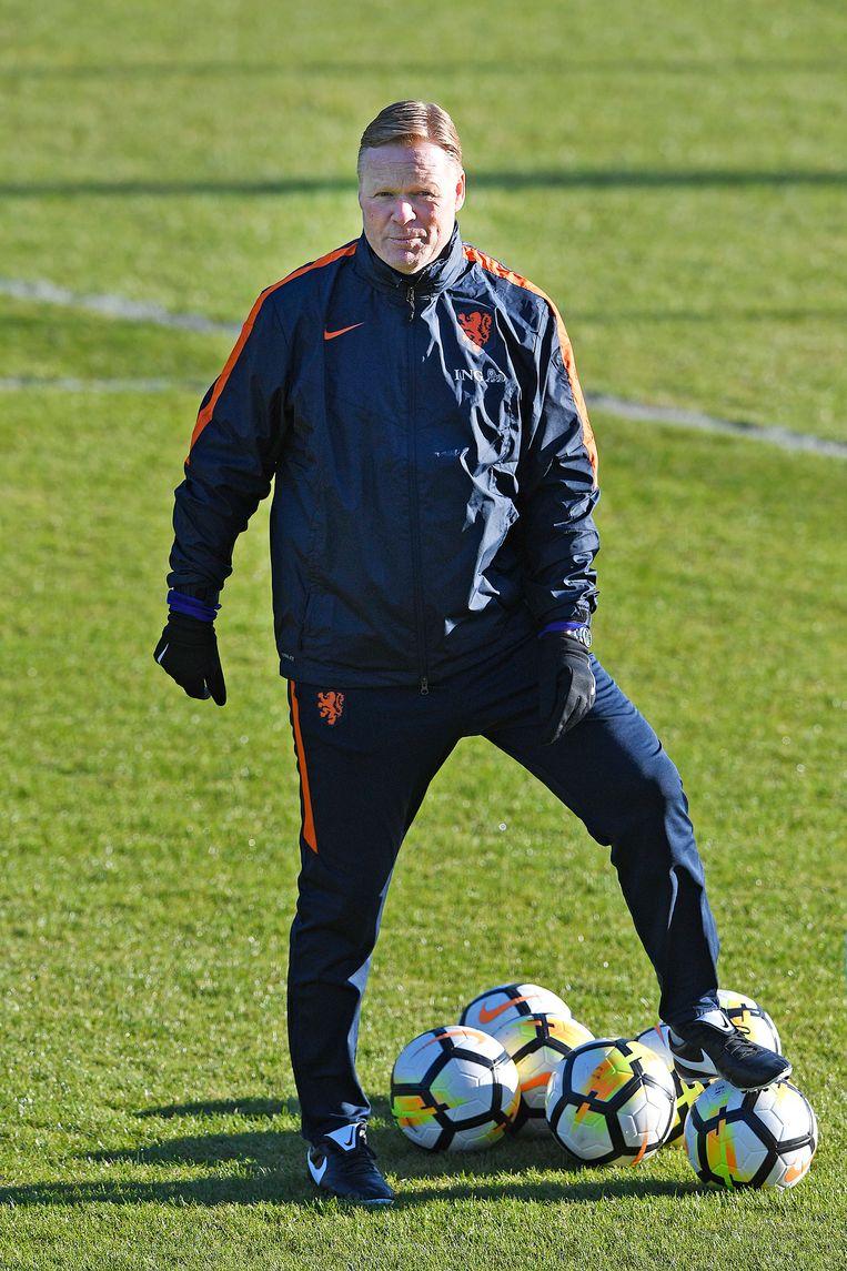 Ronald Koeman tijdens de eerste training van het Nederlands elftal onder zijn leiding. Beeld Guus Dubbelman / de Volkskrant