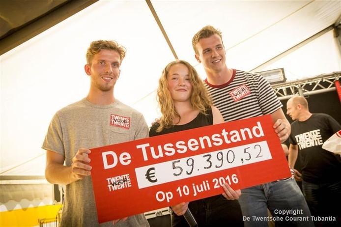 Twente spelers Jelle van de Heyden (L) en Peet Bijen met Eline Reuver