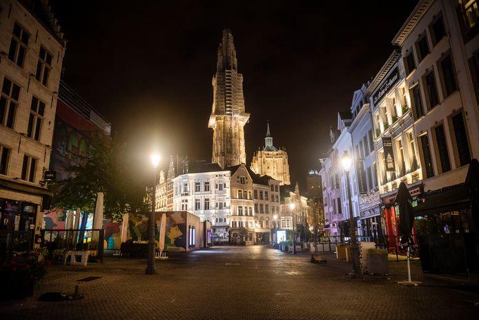 Antwerpen by night. Geen kat op straat.