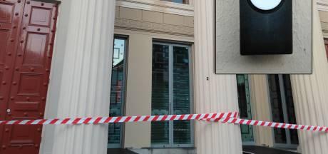 Wie plakte deurbel op pilaar bij museum de Fundatie? 'Hoe kom ik daar in godsnaam binnen'