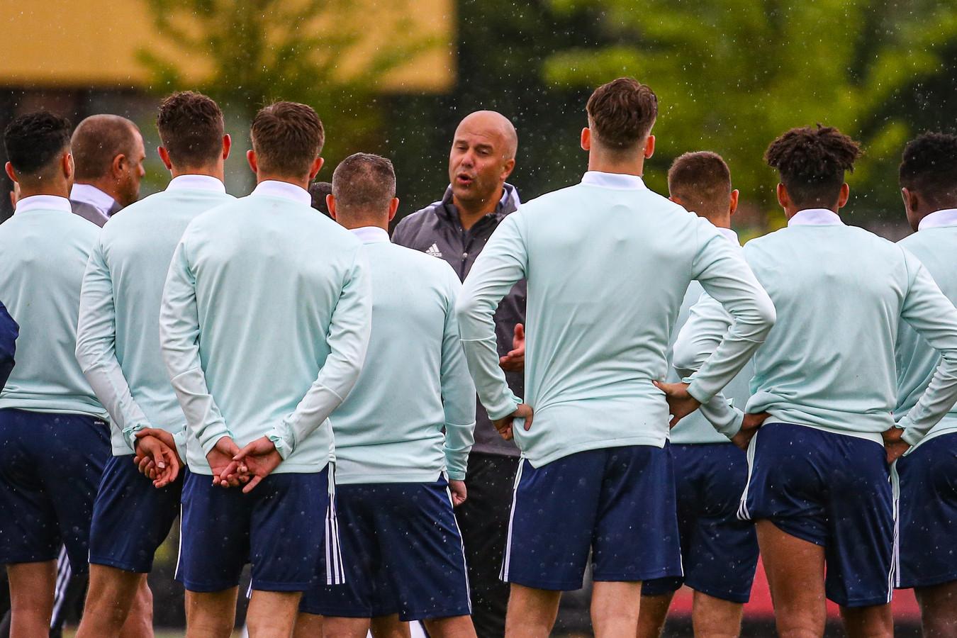 Arne Slot spreekt zijn spelers toe tijdens de eerste training van Feyenoord.