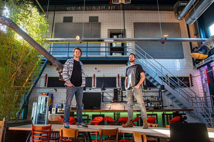 Timo Spruitenburg (links) en Maurice van de Berkt in de 'industriële kantine' van het nieuwe kantoor van Kultlab.