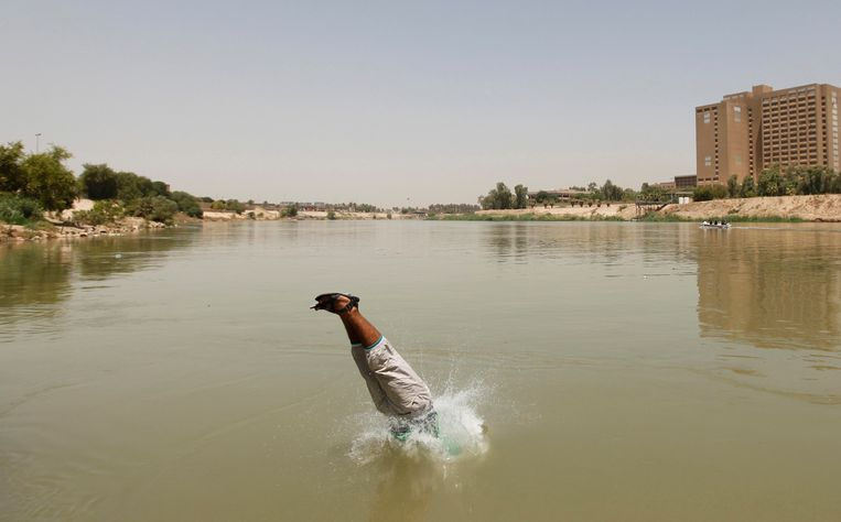 Een Irakees duikt in de Tigris.