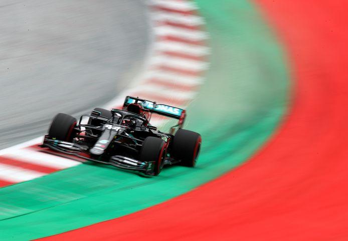 Lewis Hamilton in zijn Mercedes tijdens de eerste trainingssessie voorafgaand aan de Formule 1 Grand Prix van Oostenrijk.