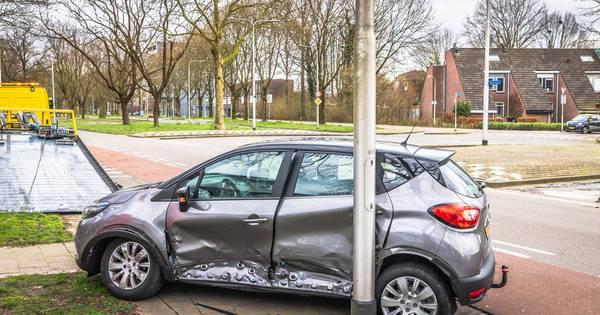 Veel schade aan autos door botsing in Tilburg.