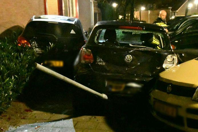 In Enschede is een automobiliste tegen meerdere auto's gebotst in een woonwijk.