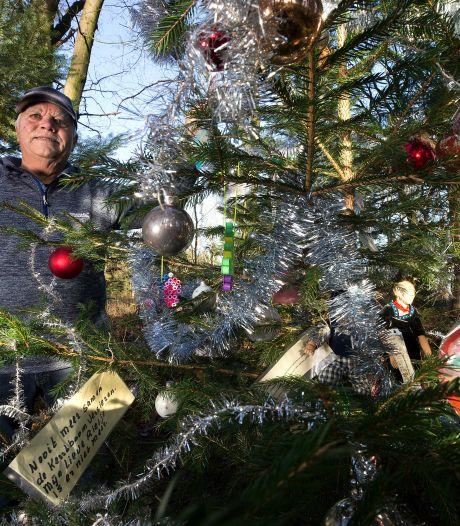 Versierde kerstboom in het bos is eerbetoon van Henk (82) aan zijn overleden Rietje