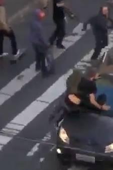 Automobilist raast dwars door skate-evenement