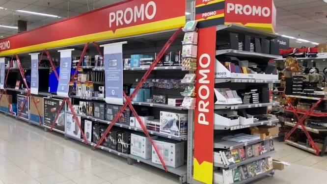 Carrefour sluit alle rekken met niet-essentiële goederen af en dat levert opvallende beelden op