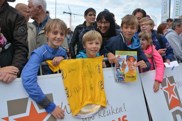 Berten Robbe, Glenn Desplentere en Joran Vandromme waren blij met de handtekening van de tourwinnaar op een geel truitje en op de Tourbijlage van onze krant.