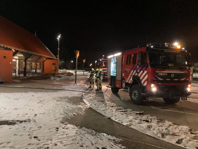 Na het blussen zijn brandweerlieden het gebouw doorgelopen om te controleren of er nog meer brandhaarden waren.