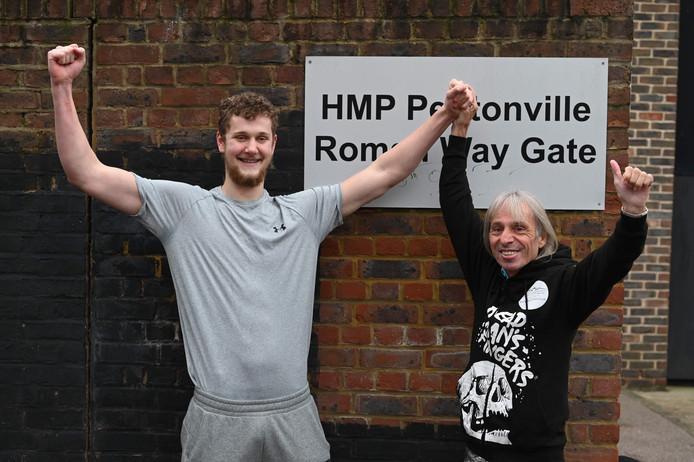 Urban explorer George King (L) werd na zijn vrijlating uit de HMP Pentonville-gevangenis verwelkomd door onder anderen de Franse 'Spiderman' Alain Robert.