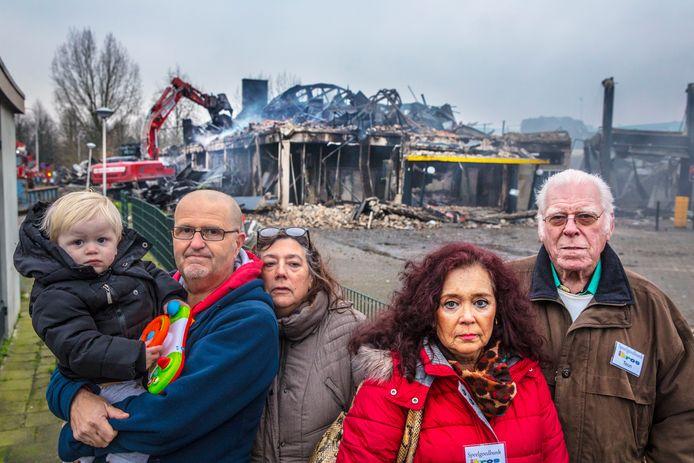 """Ronald Offers (links in blauw), en andere vrijwilligers van Speelgoedbank IKROS balen flink van de brand bij opslagbedrijf Shurgard. ,,In december hadden we juist enorm veel kinderspeelgoed gekregen dankzij inzamelingsacties."""""""