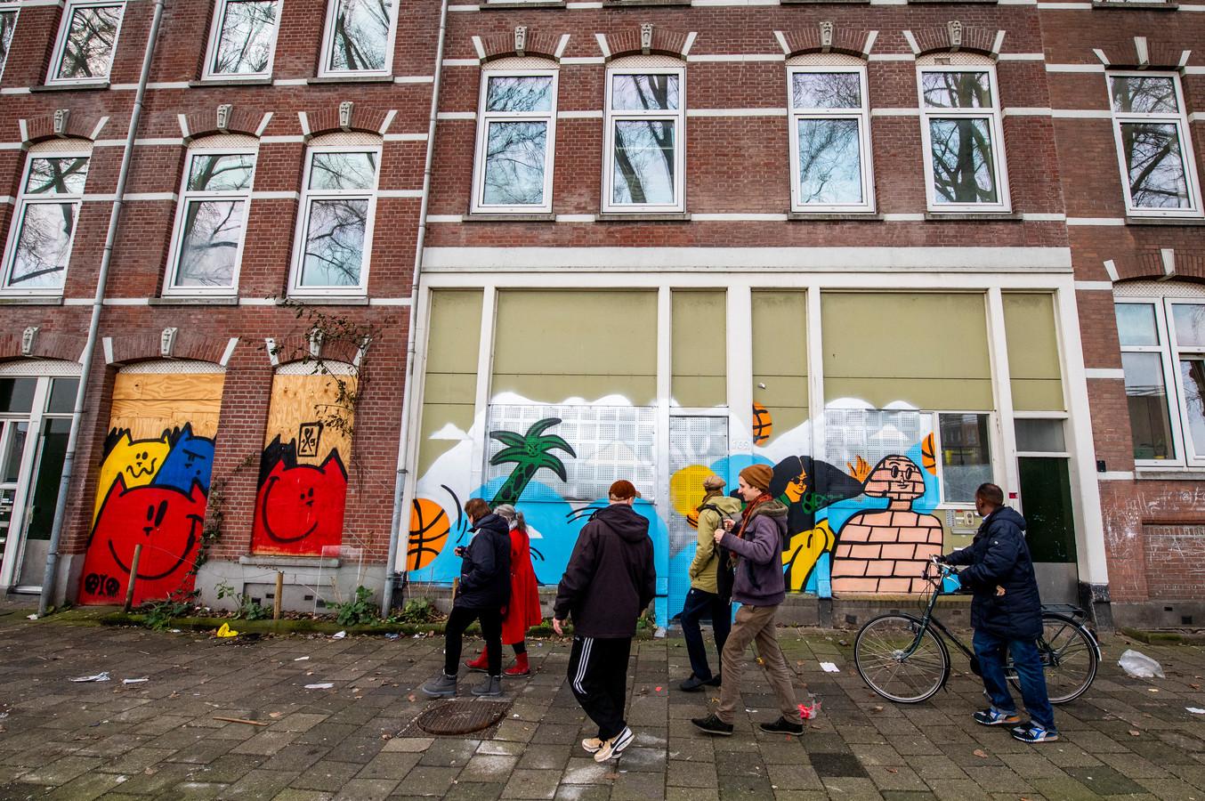 Tijdens de Open Huizen Dag Tweebosbuurt lieten bewoners zien hoe leefbaar de woningen die volgens Vestia gesloopt moeten worden, nog zijn.