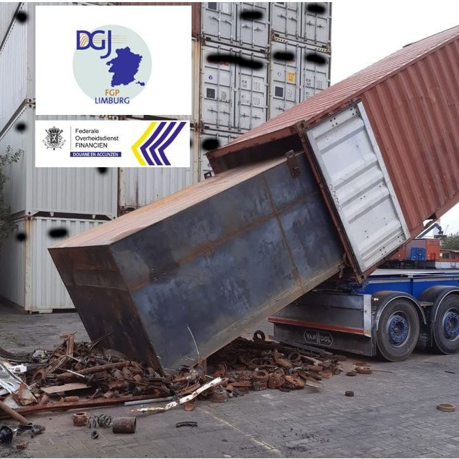 De douanier deed opzoekingen naar een container waarin later 11,5 ton cocaïne werd gevonden.