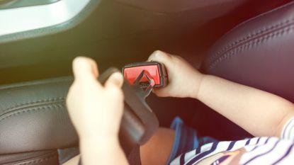 Shoppende ouders vergeten baby in snikhete auto: jongetje vecht voor z'n leven