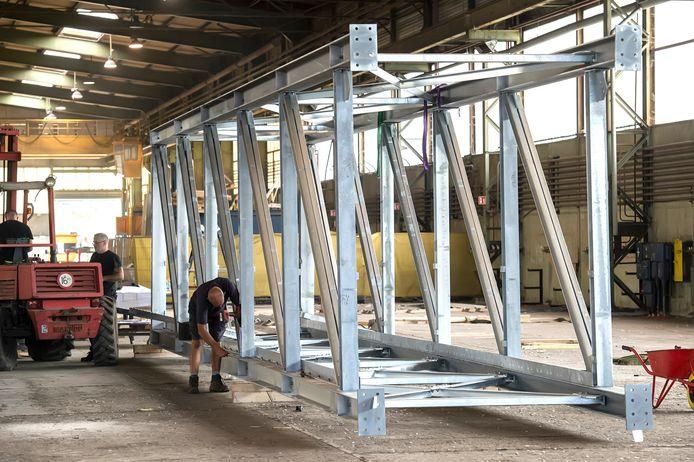 De laatste werkzaamheden aan de brug die begin september over de Belcrumhaven komt te liggen.