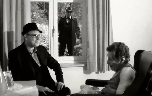 Een beeld uit de videoclip. Patrick Knight komt op bezoek bij zijn moeder in Niel, maar zij ziet hem als jonge jongen. Op de achtergrond zingt hij zijn lied.