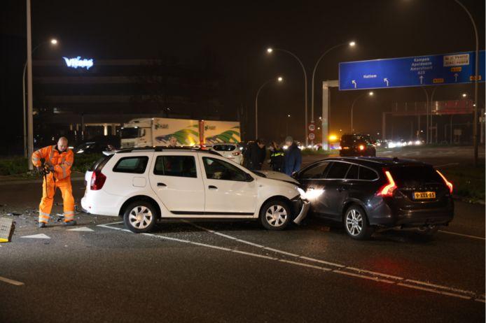 Drie voertuigen raakten betrokken bij de botsing op de kruising van de IJsselallee en de Nieuwe Veerallee in Zwolle.