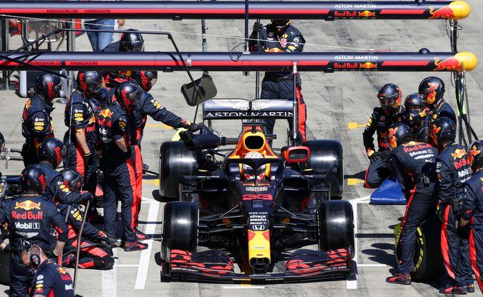De machteloosheid van de monteurs van Red Bull is zichtbaar als Max Verstappen de strijd in Oostenrijk staakt.