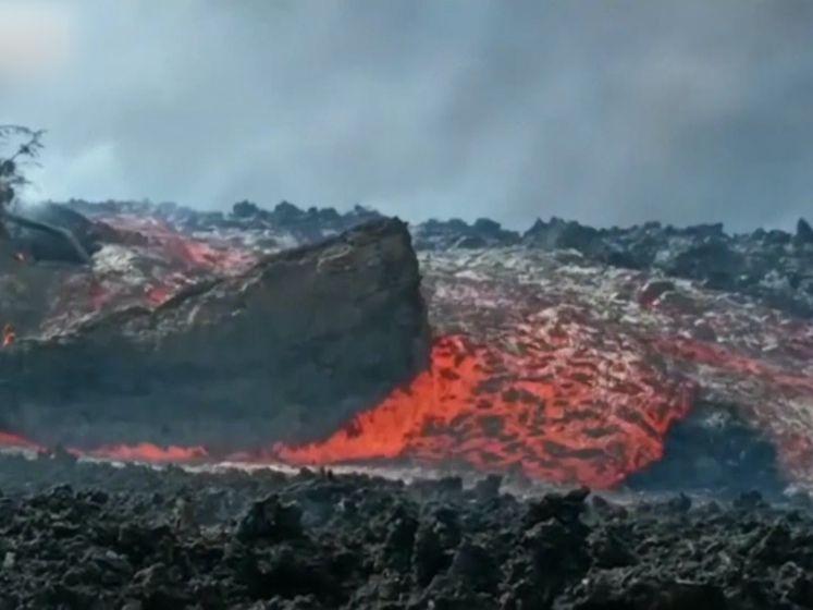 Lavastroom La Palma sleurt enorm rotsblok mee
