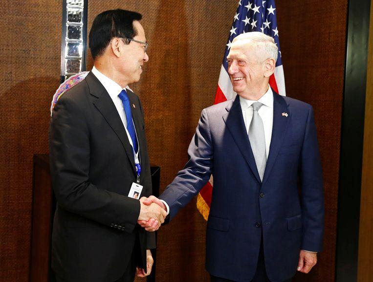 Minister van Defensie James Mattis (rechts) met zijn Zuid-Koreaanse ambtsgenoot Song Young-moo (links) op de veiligheidsconferentie in Singapore op 2 juni 2018. Beeld REUTERS