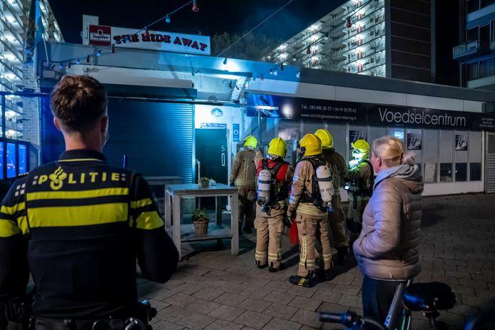 De brandweer rukte uit naar café The Hide Away, waar een explosief was ontploft.