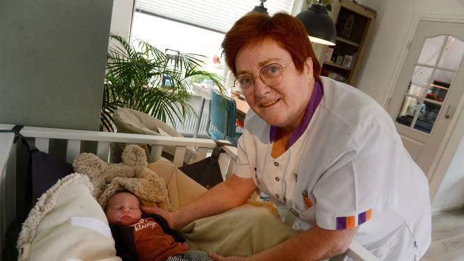 Ria uit Markelo is al 48 jaar lang kraamverzorgster en sluit haar rijke carrière af met drie bijzondere gezinnen