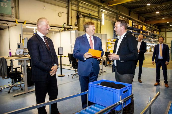 Na een uitleg over het automatiseren van beladen en ontladen door Lubbert Talen (r) krijgt koning Willem-Alexander een cadeautje.